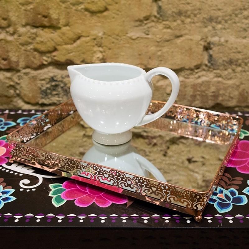 Bandeja em metal cor de cobre com espelho